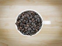 Верхние кофейные зерна в белой чашке стоковая фотография rf