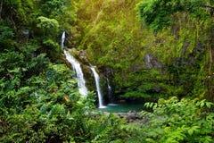 Верхние падения Waikani также известные как 3 медведя, трио больших водопадов между утесами & пышная растительность с популярным  Стоковая Фотография RF