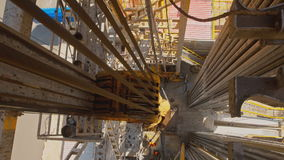 Верхние сыстема драйва и Деррик снаряжения бурения нефтяных скважин видеоматериал