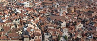 Верхние части крыши в Венеции, Италии стоковое фото rf