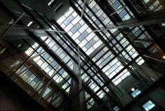 Верхний взгляд в современное предсердие здания стоковые фотографии rf