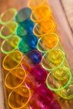 Верхний взгляд красочных красных, голубых, желтых чашек на деревянной поверхности Стоковая Фотография RF
