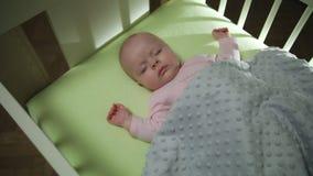 Верхний взгляд со стороны конца съемки тележки младенца спать newborn вверх видеоматериал