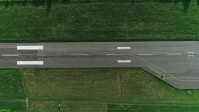 Верхний вид с воздуха взятия беглеца с яркими покрашенными линиями на ем 4K