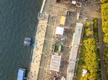 Верхний вид с воздуха людей толпится на лете справедливо Стоковые Фотографии RF