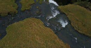 Верхний вид с воздуха подачи реки в долине и понижается вниз от горы Красивый водопад Gljufrabui в Исландии акции видеоматериалы