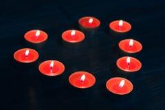 Верхний вышеуказанный конец вверх по фото взгляда красивых волшебных славных хороших красных ярких свечей на деревянном темном ко Стоковые Фото