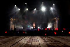 Верхний деревянный стол со светлым bokeh в предпосылке нерезкости концерта, деревянном столе стоковые фото