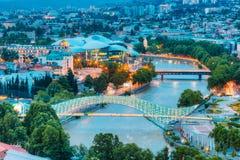 Верхний загоренный взгляд Cityspape Рекы Kura под мостами и Стоковая Фотография RF