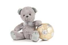 Верхний медведь с золотистым футболом Стоковые Фотографии RF