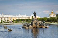 Верхний парк с фонтаном Neptun в Petergof, России Стоковое фото RF