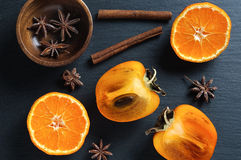 Верхний плоский взгляд: хурма и tangerine, звезда анисовки, ручки циннамона Стоковые Фото