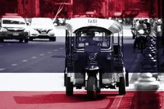 Верхний слой флага Таиланда на изображении Tuk Tuk, это, который 3-катят моторизованный корабль используемый как такси ждет и нах стоковые фотографии rf