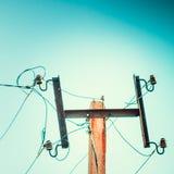 Верхний старый электрический штендер на предпосылке голубого неба стоковые фото