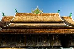 Верхний ушивальник xieng wat крыши стоковые изображения