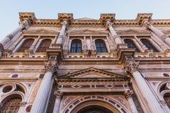 Верхний ярус Scuola Большой di Сан Marco в Венеции, Италии, конструированной Pietro Lombardo с белыми мраморными статуями и детал стоковое фото