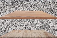 2 верхних деревянных полки опорожняют и отполированная предпосылка каменной стены для displa продукта Стоковое Изображение RF