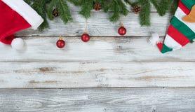 Верхняя граница украшений рождества на деревенском белом деревянном backg Стоковые Фото