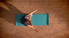 Верхняя съемка, кавказский человек размышляет на голубой циновке йоги ослабленной и наслаждается процессом глубоко и сфокусирован видеоматериал