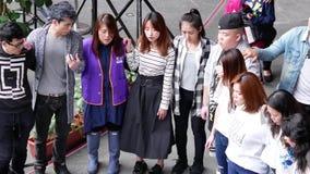 Верхняя съемка людей держа руку и моля совместно перед событием