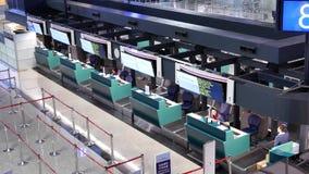 Верхняя съемка пассажиров идя к авиакомпании Китая проверяет внутри столы акции видеоматериалы