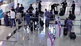 Верхняя съемка пассажиров идя к авиакомпании Китая проверяет внутри столы видеоматериал