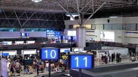 Верхняя съемка пассажиров идя к проверке в столах сток-видео
