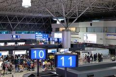 Верхняя съемка пассажиров идя к столам проверки внутри стоковая фотография rf