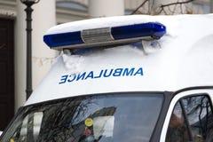 Верхняя часть автомобиля машины скорой помощи с голубым светом Украина, зима Стоковое Изображение RF