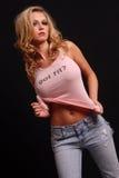 верхняя часть бака белокурых джинсыов розовая представляя сексуальная Стоковая Фотография RF