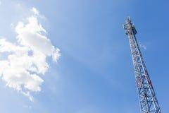 Верхняя часть башни радиосвязи с пушистыми облаками Стоковая Фотография RF
