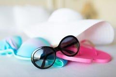 Верхняя часть бикини, шляпа, кувырок и солнечные очки Стоковое фото RF