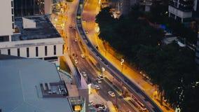 Верхняя часть взгляда над перекрестками в городе в вечере, автомобилях управляет до дорога и здания 3840x2160, 4k акции видеоматериалы