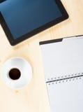 Верхняя часть взгляда чашки кофе и цифрового ПК около примечаний, концепции таблетки новой технологии Стоковое Изображение RF