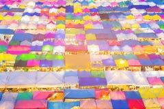 Верхняя часть вида с воздуха цвета многократной цепи рынка ночи улицы Стоковое Изображение