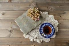 Верхняя часть вниз кладет плоские чашку и поддонник чая Стоковая Фотография RF