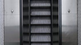Верхняя часть вниз с взгляда двигать вверх эскалатор в метро сток-видео