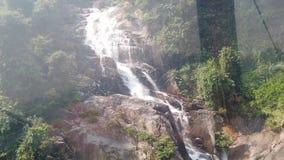 Верхняя часть вниз с вида с воздуха гигантского водопада пропуская в горах Вьетнама снятых в замедленном движении акции видеоматериалы