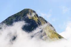 Верхняя часть горы в облаках Стоковое Изображение
