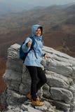 верхняя часть горы девушки стоковое фото rf