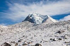 Верхняя часть горы с ледником против пасмурной сини sk Стоковая Фотография RF