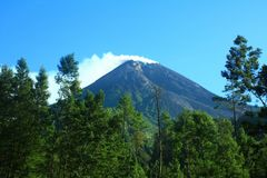 Верхняя часть горы merapi стоковые изображения rf