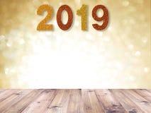 Верхняя часть деревянного стола и яркий блеск 2019 Новых Годов номер над предпосылкой золота абстрактной blured и белое bokeh на  стоковые изображения rf