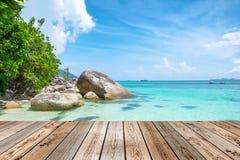 Верхняя часть деревянного стола на естественном кристаллического моря andaman сцены красивое Стоковые Фото