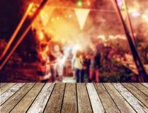 Верхняя часть деревянного стола на запачканных друзьях торжества Нового Года party w Стоковая Фотография RF