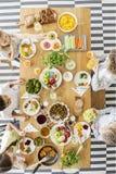 Верхняя часть деревянного стола с красочными овощами, плодоовощ, сварила блюда стоковые изображения