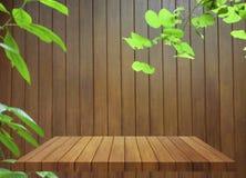 Верхняя часть деревянной таблицы на деревянной стене Стоковое фото RF