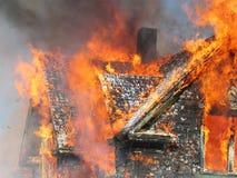 верхняя часть дома пожара ровная свирепствуя Стоковые Фото