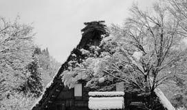 Верхняя часть деревянного дома с деревьями в лесе на зиме Стоковые Изображения RF