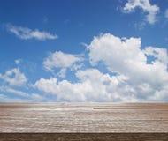 Верхняя часть деревянного стола на голубом небе с облаком Стоковое Фото
